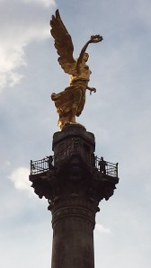 Monumento a la Independencia (detail). Can you see the people below the statue of Winged Victory?